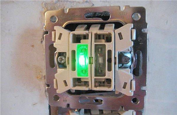 Двухклавишный выключатель Legrand c подсветкой