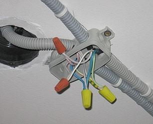 Прокладка электрического провода в гофре из ПВХ