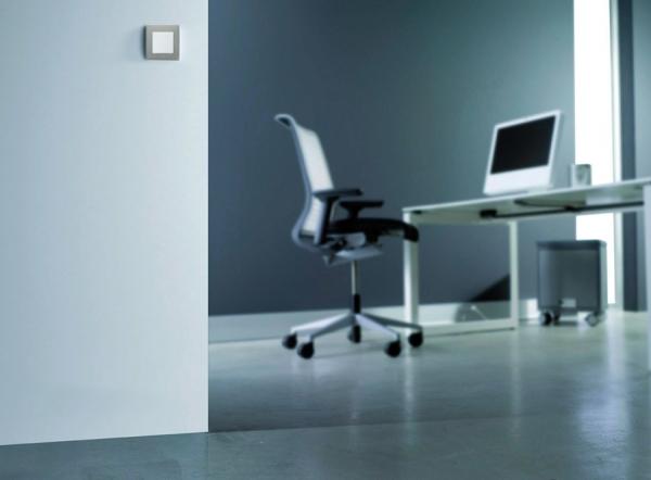 Выключатель Etika™ Legrand в интерьере офиса