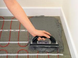 Нанесение клея для плитки поверх нагревательных матов