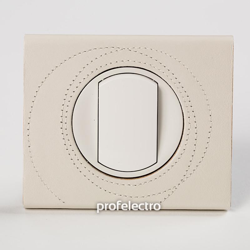 Рамка кожа цвет макиато-панель белая Celiane