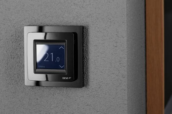 Черный терморегулятор DEVIreg Touch