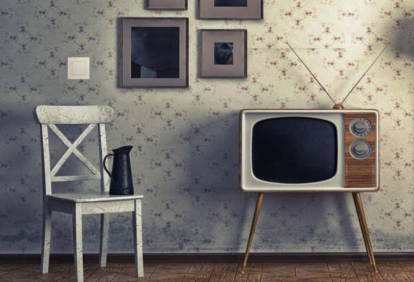Выключатель серии Etika™ (Legrand) в оформлении гостиной в стиле ретро