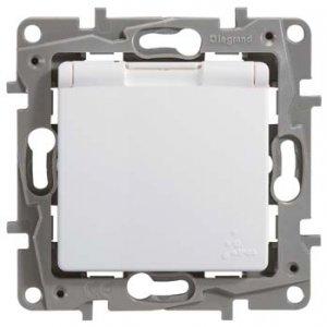 Розетка с заземляющим контактом, крышкой и защитными шторками влагозащищенная белая Etika Plus