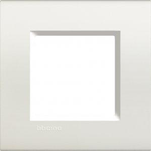 Фото Рамки пластиковые цвет белый немецкий и итальянский стандарт