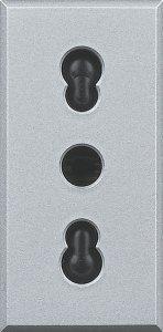 Розетка с заземляющим контактом и защитными шторками для защиты детей 16 А, 250 В~ итальянский стандарт 1 модуль
